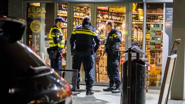 Agenten zijn een onderzoek gestart bij Van Gall& Gall (Foto: Sem van Rijssel)