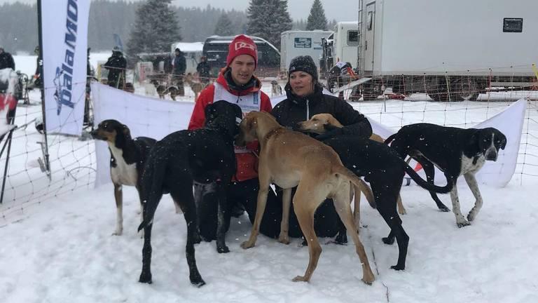 Stefan en Ilse met hun sledehonden op het EK. (Foto: familie Donker)