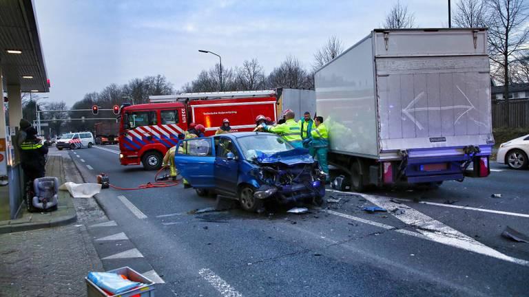 De bestuurster is met spoed naar het ziekenhuis gebracht. (Foto: Berry van Gaal / SQ Vision)