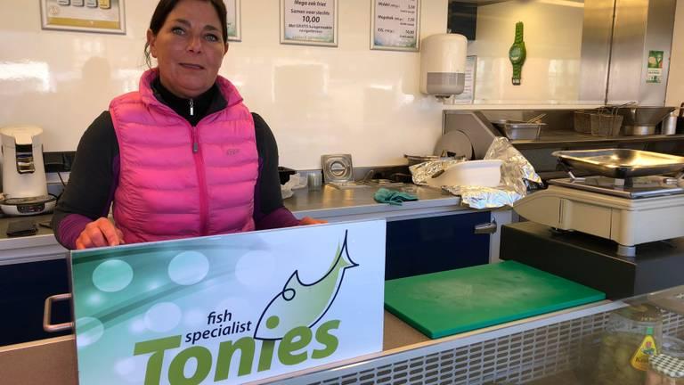 Wiranda Tonies baalt: geen vergunning voor visverkoop op markt in Volkel (foto: Jacqueline Hermans)