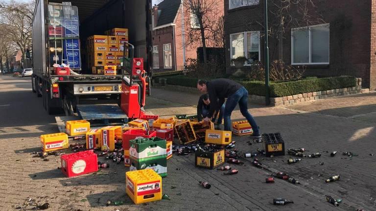 De ravage nadat een pallet met bierkratten was omgevallen (foto: Bart Meesters/Meesters Multi Media).
