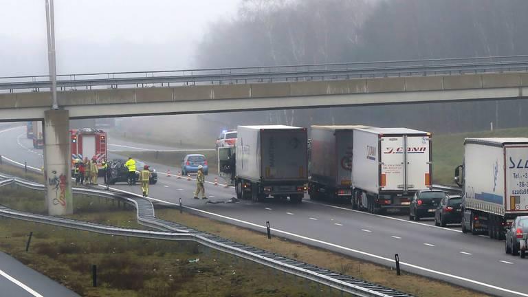 Bij het ongeluk in Hapert zijn een auto en een truck betrokken. (Foto: Berry van Gaal)