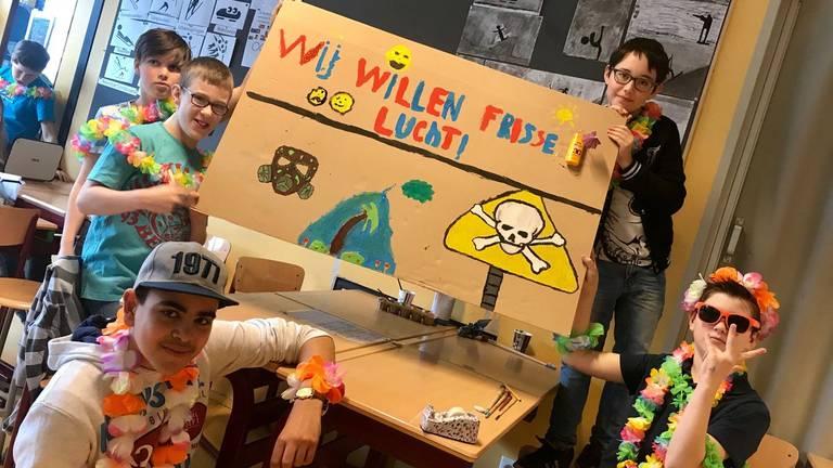 Leerlingen met hun actiebord (foto: Hannelore Struijs).