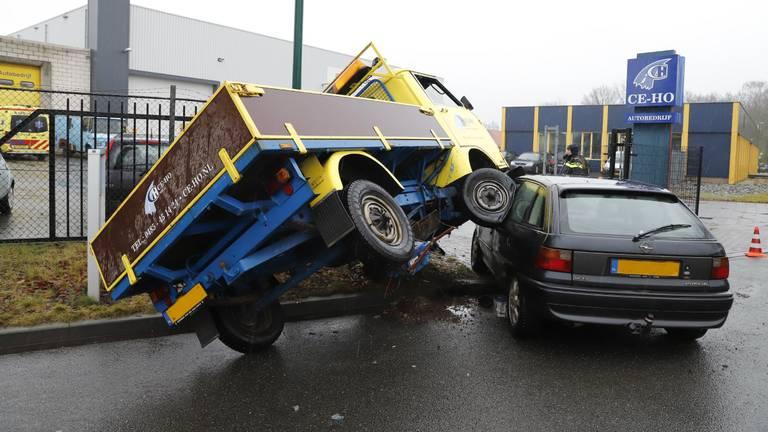 Het ongeluk gebeurde voor de ingang van autobedrijf Ce-Ho. (Foto: SK-Media).
