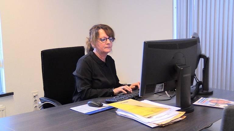 Wethouder Wilma van der Rijt van Heeze-Leende in haar werkkamer