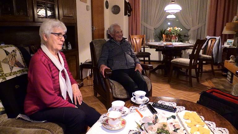 Martien en Liza Brandts kijken samen naar de tv