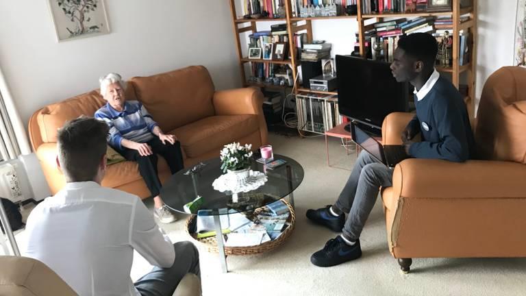 Lennart en Jordean interviewen mevrouw Kaan