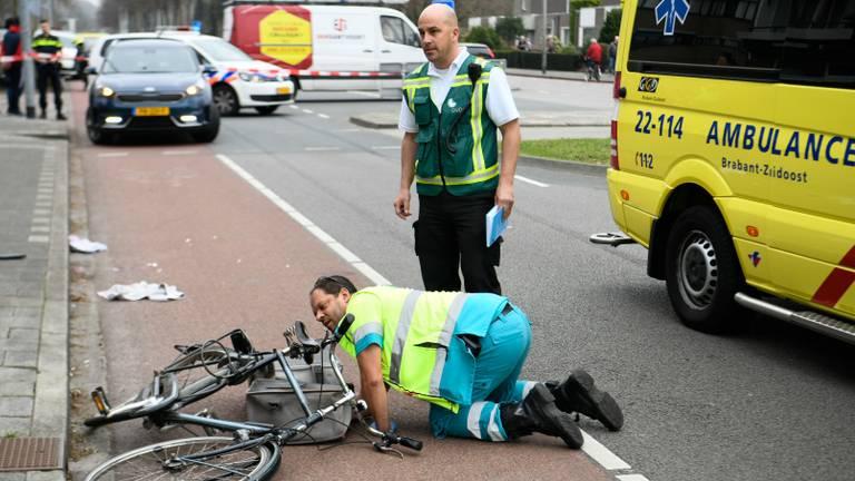 Een hulpverlener bekijkt de fiets van het slachtoffer (Foto: Dave Hendriks/SQ Vision)
