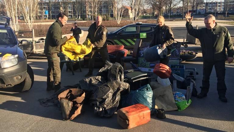 Boze boswachters dumpen afval bij provinciehuis
