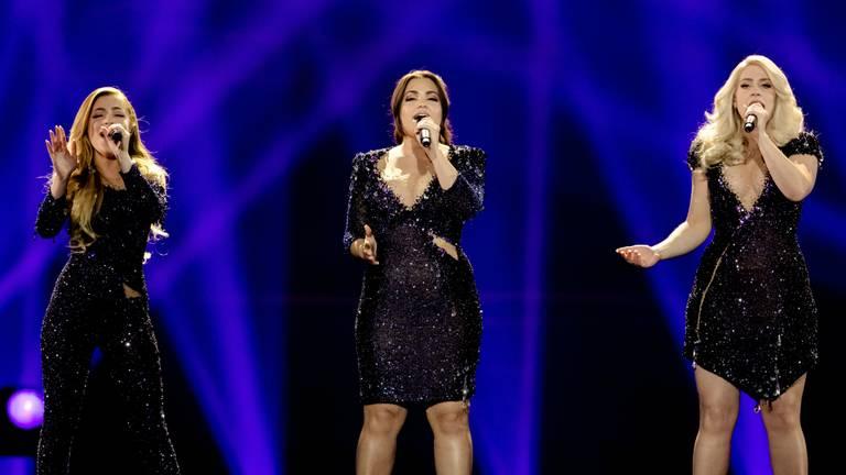 De zingende zusjes gaan de punten oplezen (foto: ANP).