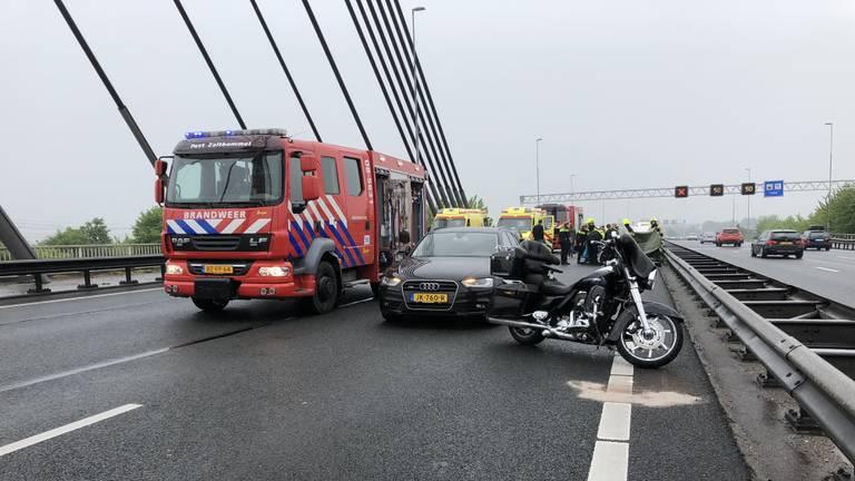 Vanwege het ongeluk werd de weg naar Utrecht afgesloten. (Foto: AS Media)