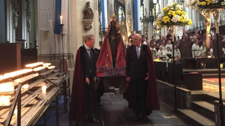 Het Mariabeeld maakt dit jaar alleen een ronde door de kerk. (Foto: Rob Bartol)