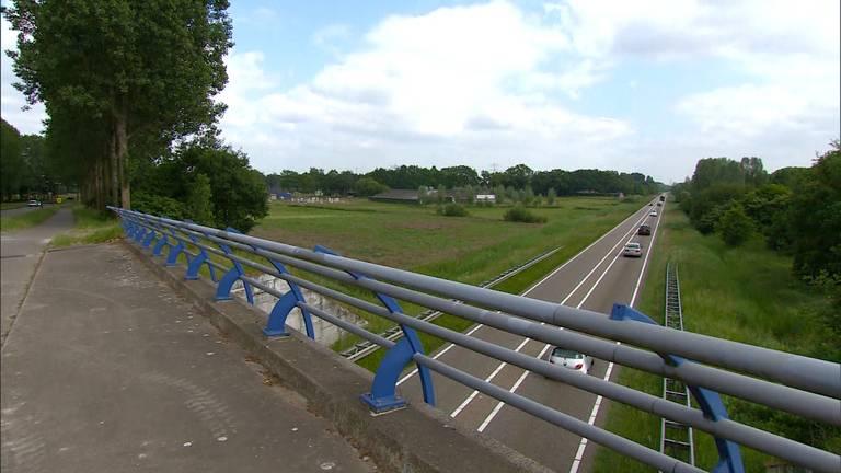 De stenen werden van het viaduct over de N279 bij Aarle-Rixtel gegooid.