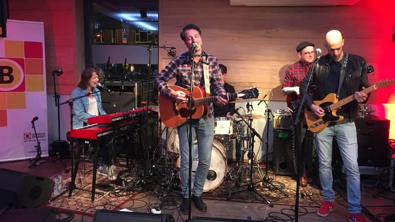 De studio van Omroep Brabant op de Meimarkt verandert in een Grand Café met live muziek. (Foto: Eefke Boelhouwers)