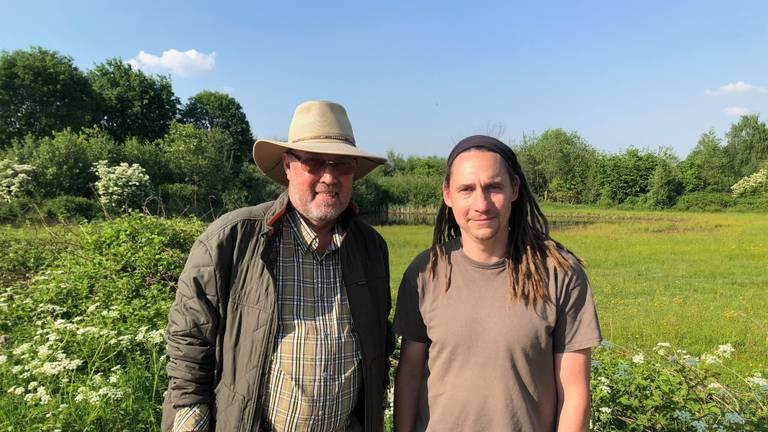 Guido Stooker (l) en Jaap van Kemenade in natuurgebied de Kaaistoep