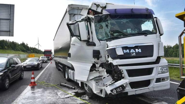 Drie vrachtwagens waren betrokken bij het ongeluk. (Foto: Tom van der Put/SQ Vision Mediaproducties).