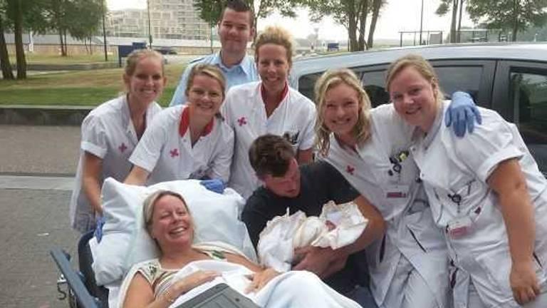 Stephanie bevalt op stoep van Jeroen Bosch Ziekenhuis van dochter Lisa