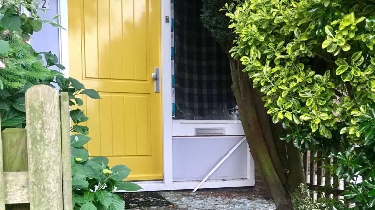 Bij het huis gingen de ruiten aan diggelen (foto: Hannelore Struijs)