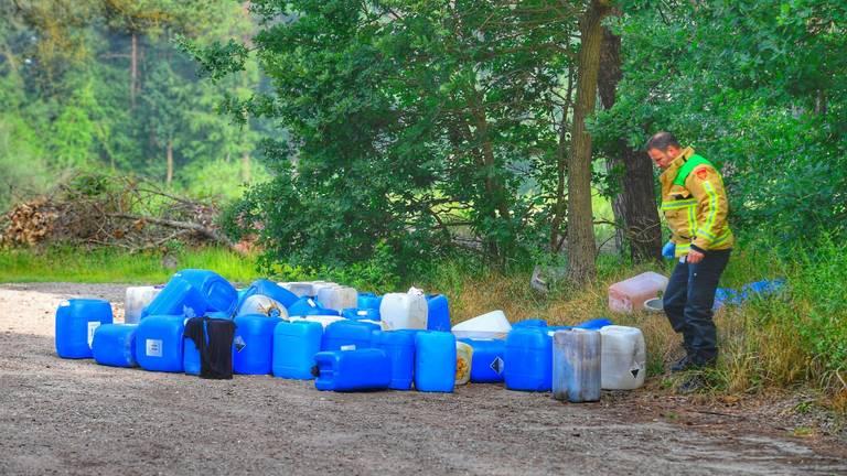 Bij de Vlasroot in Veldhoven zijn dertig vaten aangetroffen (foto: Rico Vogels/SQ Vision Mediaprodukties)