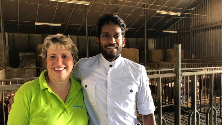 Klasseboerin Wilma Zonnenberg en chef-kok Naresh Ramdjas in de koeienstal in Herpen