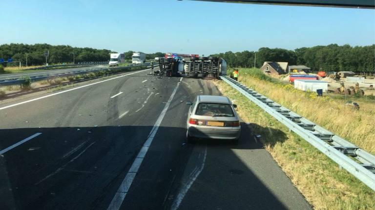 De gekantelde vrachtwagen op de A50 (Foto: Tom Louters)