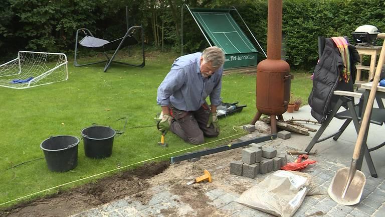 Hans van Veen uit Den Bosch klust op zijn 66-ste gewoon door (foto: Raoul Cartens)