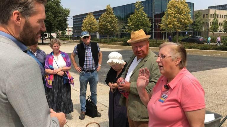Vincent van Gogh (tweede van rechts) en Gerda Hekker (geheel rechts) bij het provinciehuis.
