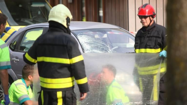 Hulpverleners bij het ongeluk in Rijen (foto: Jeroen Stuve Fotografie)