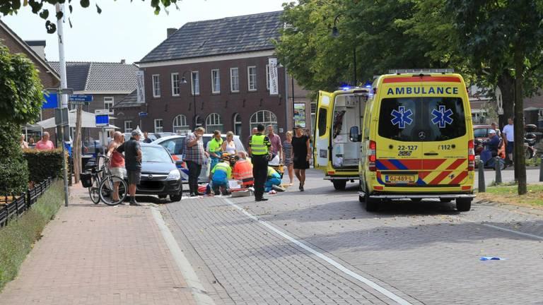 Fietser aangereden in centrum Liessel, door traumahelikopter naar ziekenhuis gebracht (Foto: Harrie Grijseels)