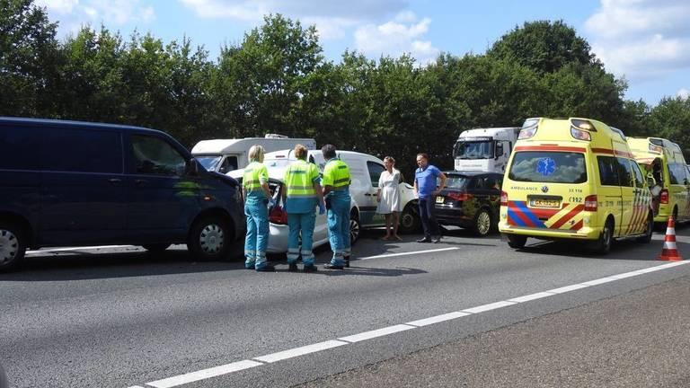 Bij het ongeval waren vijf voertuigen betrokken. (foto: Jozef Bijnen/SQ Vision Mediaprodukties)