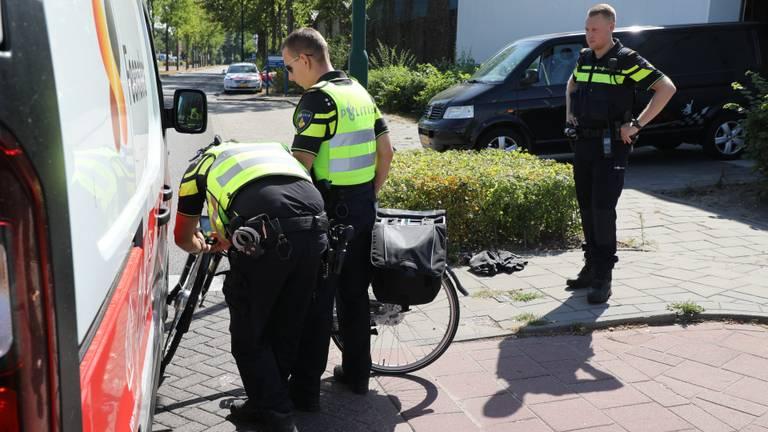 De bestelbus en fietster botsten op elkaar. (foto: Erik Haverhals).