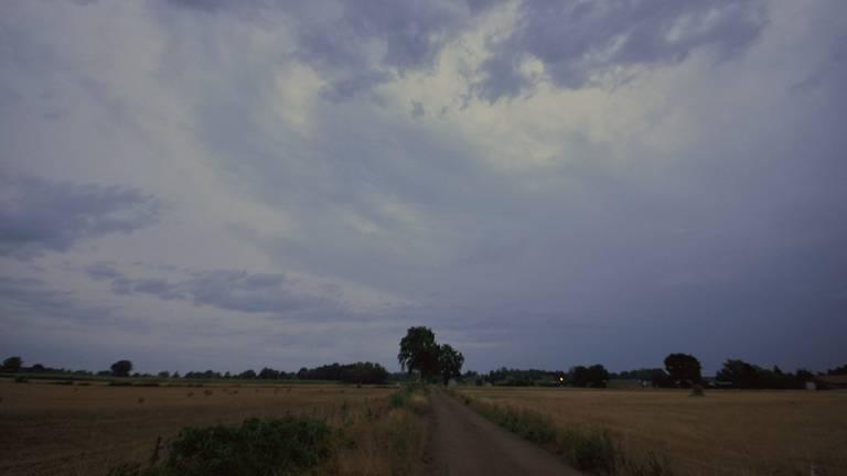 Een regenbui trekt over Brabant. (Foto: Ben Saanen, Budel)