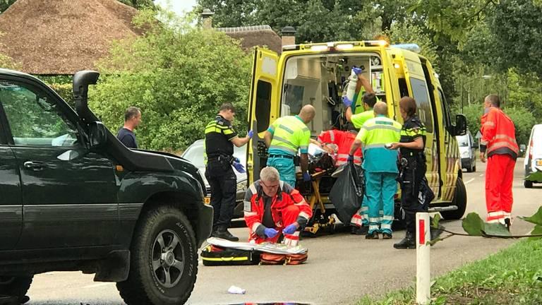 Hulpverleners ter plaatse na het ongeluk (foto: Bart Meesters/Meesters Multi Media).