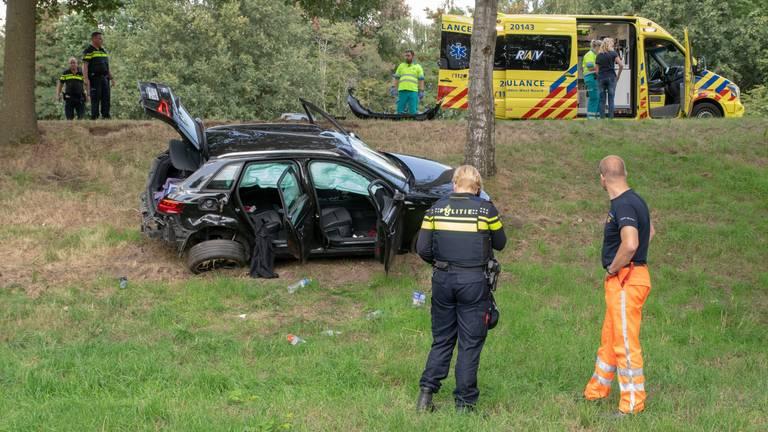 Gestolen auto veroorzaakt aanrijding en raakt van de weg (Foto: Toby de Kort)