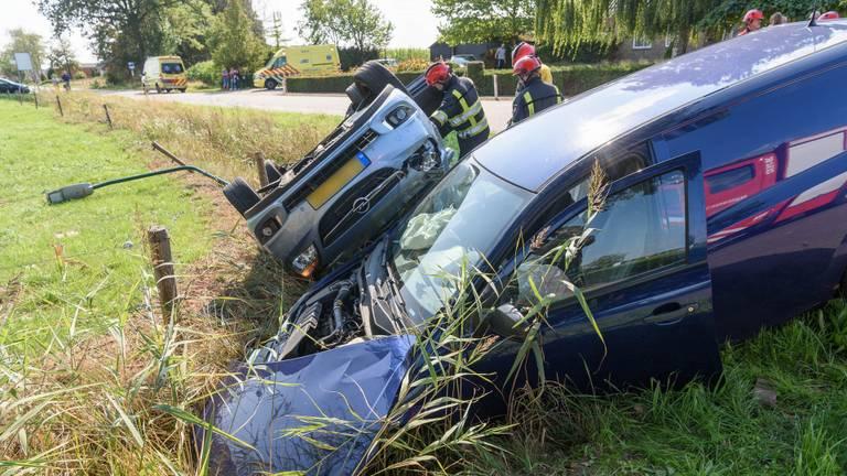 De brandweer helpt het jonge gezin en de andere bestuurder uit de auto's (Foto: Tom van der Put)