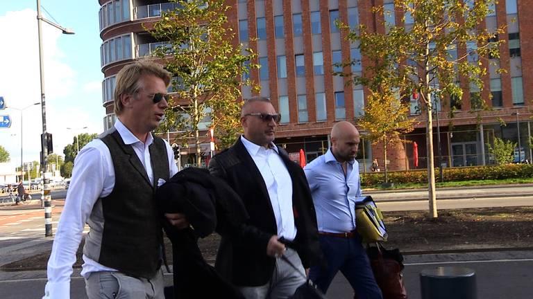 De aankomst van Klaas Otto vrijdagochtend bij de rechtbank. (Foto: Raymond Merkx)