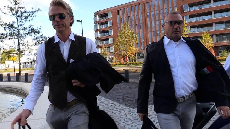 Klaas Otto (rechts) en advocaat Sanne Schuurman, afgelopen zomer in Breda. (foto: Raymond Merkx)