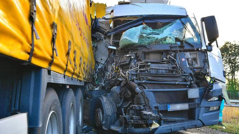 Eén van de vrachtwagens die, bij Hapert, beschadigd raakten (foto: Rico Vogels/SQ Vision Mediaprodukties).