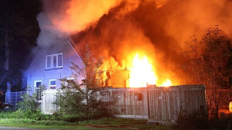 Het huis aan de Aengelbertlaan in Oss raakte flink beschadigd (foto: SQ Vision).