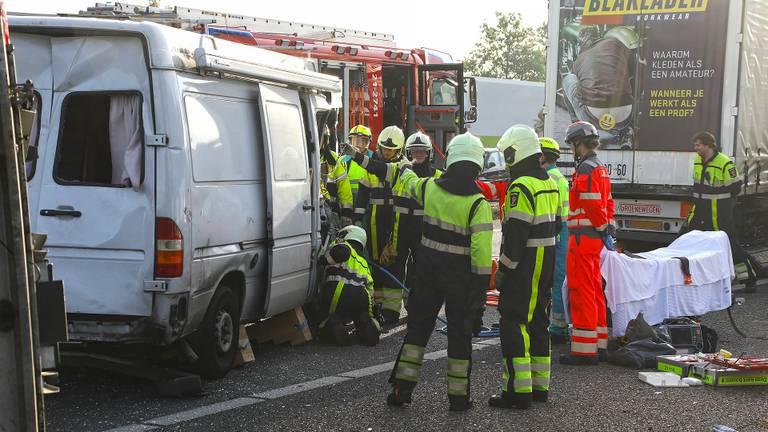 Hulpverleners bevrijdden de slachtoffers uit het busje. (Foto: SQ Vision)