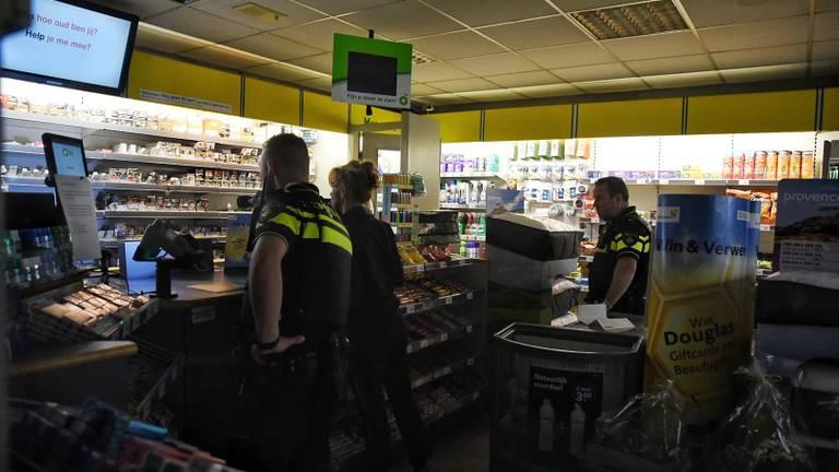 De politie onderzoekt de winkel van het tankstation. Foto: Toby de Kort/De Kort Media