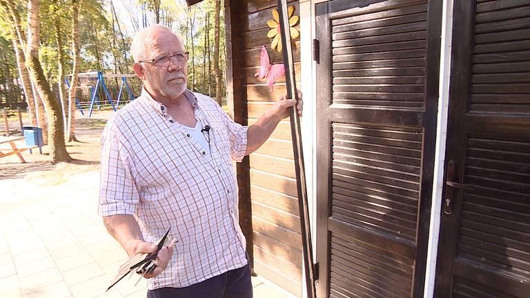 Pieter de Jong van speeltuin De Rijpelroets laat zien wat de schade is die de dieven hebben aangericht.