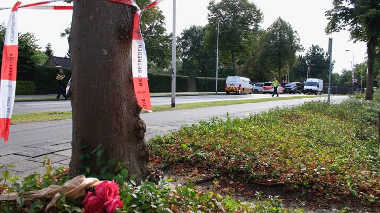 Bloemen vlakbij de plek van het dodelijke ongeluk. (Foto: Danny van Schijndel)