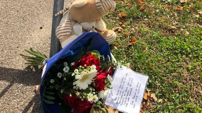 Bloemen en knuffels vlakbij de plek waar het ongeluk gebeurde. (Foto: Tonnie Vossen)