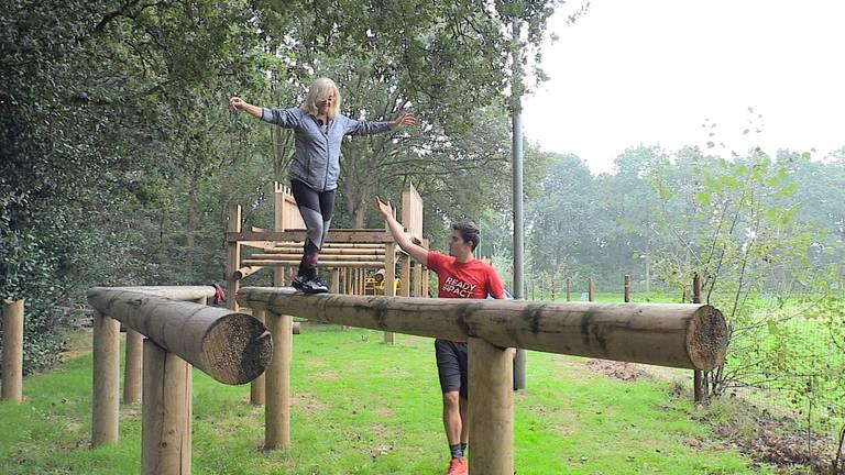 Corry Konings laat haar fysieke vaardigheden zien op de stormbaan in Made. (Foto: Hannelore Strui