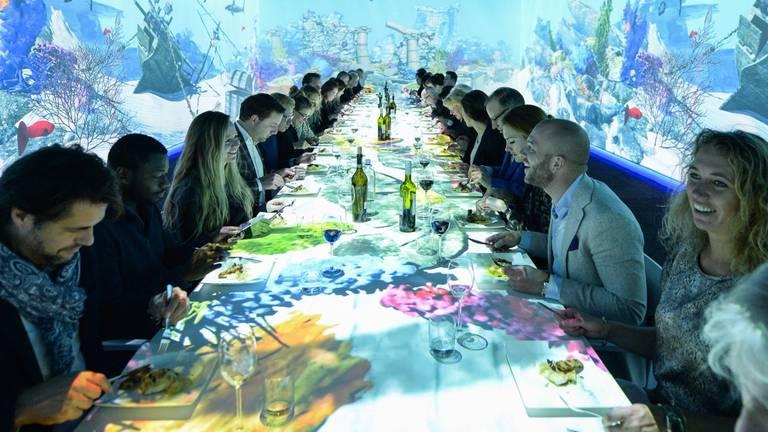 Eten tussen de projecties. (Foto: Dinner in Motion)