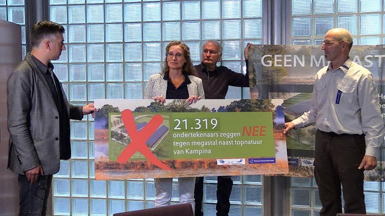 21.000 handtekeningen tegen de megastal in Spoordonk.