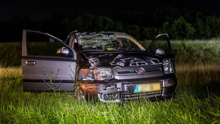 De auto kwam uiteindelijk weer op de banden terecht. (Foto: Marcel van Dorst)