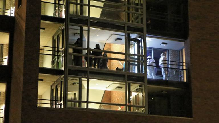 Onderzoek bij het appartement waar Lara werd doodgeschoten. (Archieffoto: Remco de Ruijter)