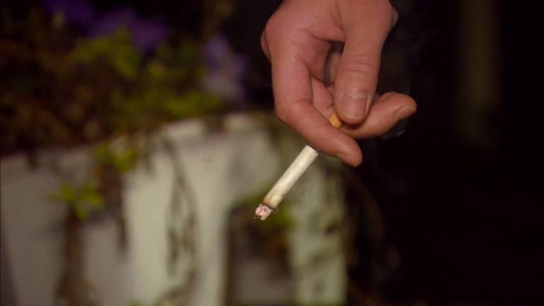 Moet er een verbod komen op het roken op het terras? (Archieffoto).